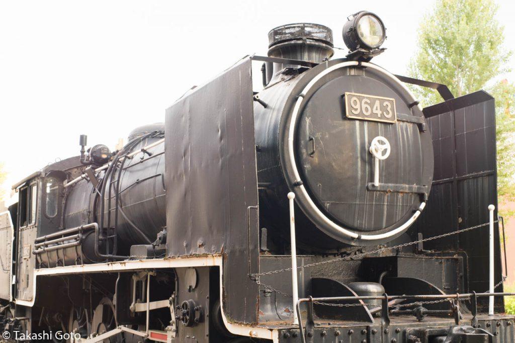 × メインの機関車が真っ黒なので、明るく映り、重厚感がありません
